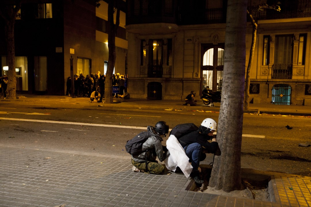 Protesters hiding from the police charges during the demonstrations against the sentence of the trial of the process. Fourth consecutive night of riots in Barcelona. 17 October 2019.