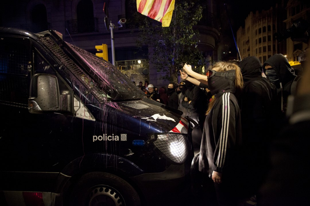 Protesters scold the police. New night of riots in Barcelona. October 26, 2019.