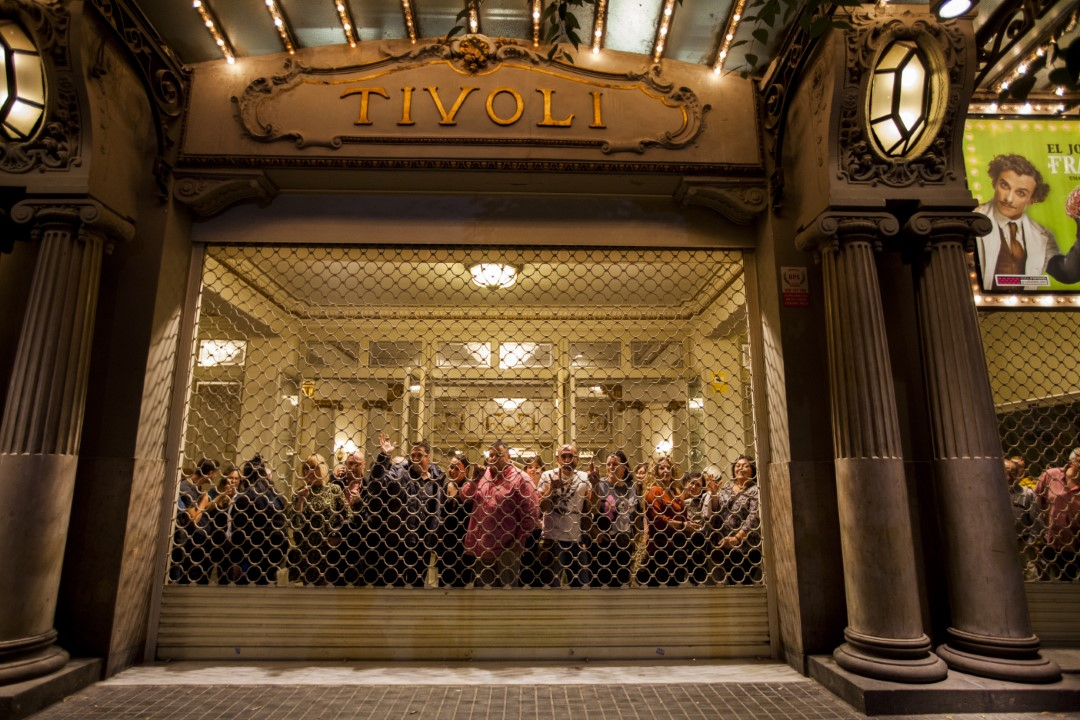 Tivoli Theater assistants observe, with the blind down, the riots in Barcelona. October 26, 2019.
