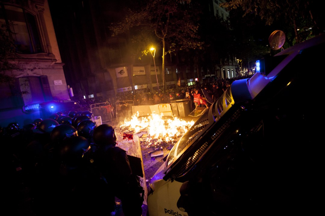 Police cordons and barricades during the demonstrations against the sentence of the trial of the process. Second consecutive night of riots in Barcelona. October 15, 2019.