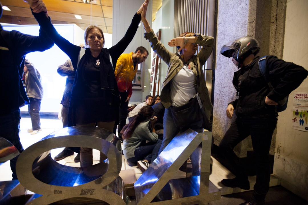 Civilians frightened by the police charges and the disturbances during the demonstrations against the sentence of the trial of the process. Second consecutive night of riots in Barcelona. October 15, 2019.