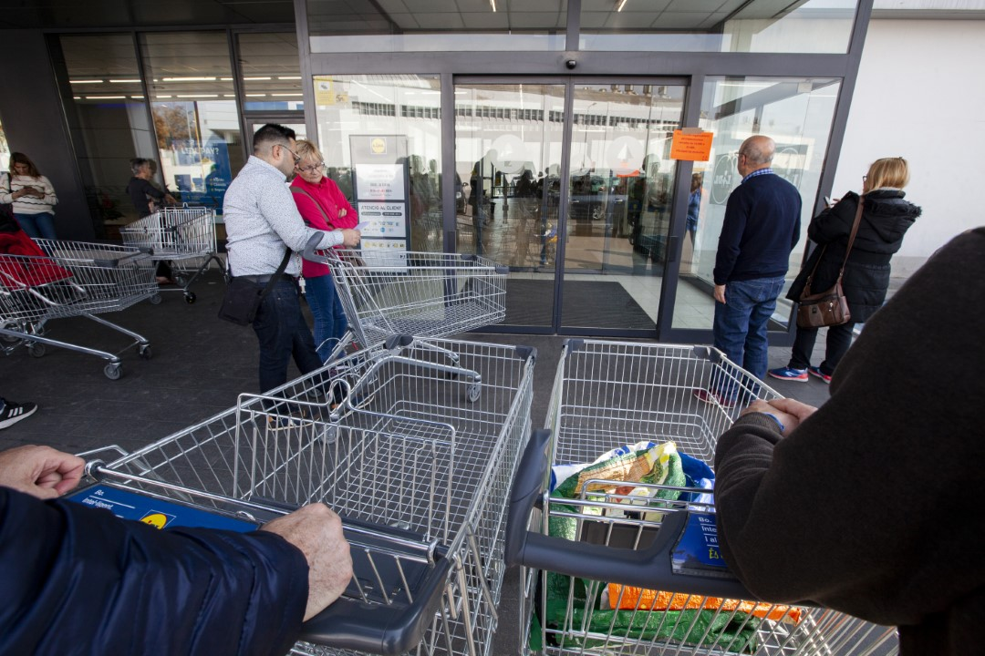 The fear of the closure of establishments and the forecast for confinement in the coming days due to the coronavirus, has triggered sales in supermarkets to 200%; that Lidl even closed today from 1:00 p.m. to 3:00 p.m. to be able to replenish gender while people queued in front of the door. March 13, 2020; Sabadell, Barcelona.