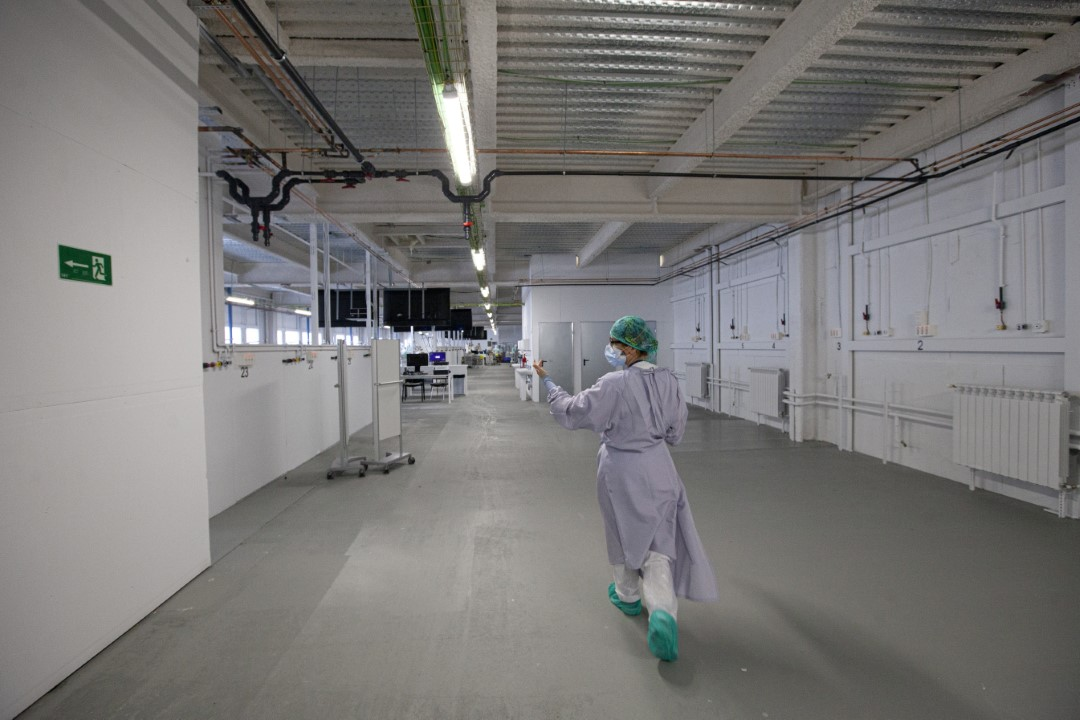 Plant enabled as an Intensive Care Unit (ICU) of the Hospital Taulí of Sabadell with patients with COVID-19. In the image, a doctor, entering the room with a gown as protection due to the lack of PPE. April 8, 2020; Sabadell, Barcelona.