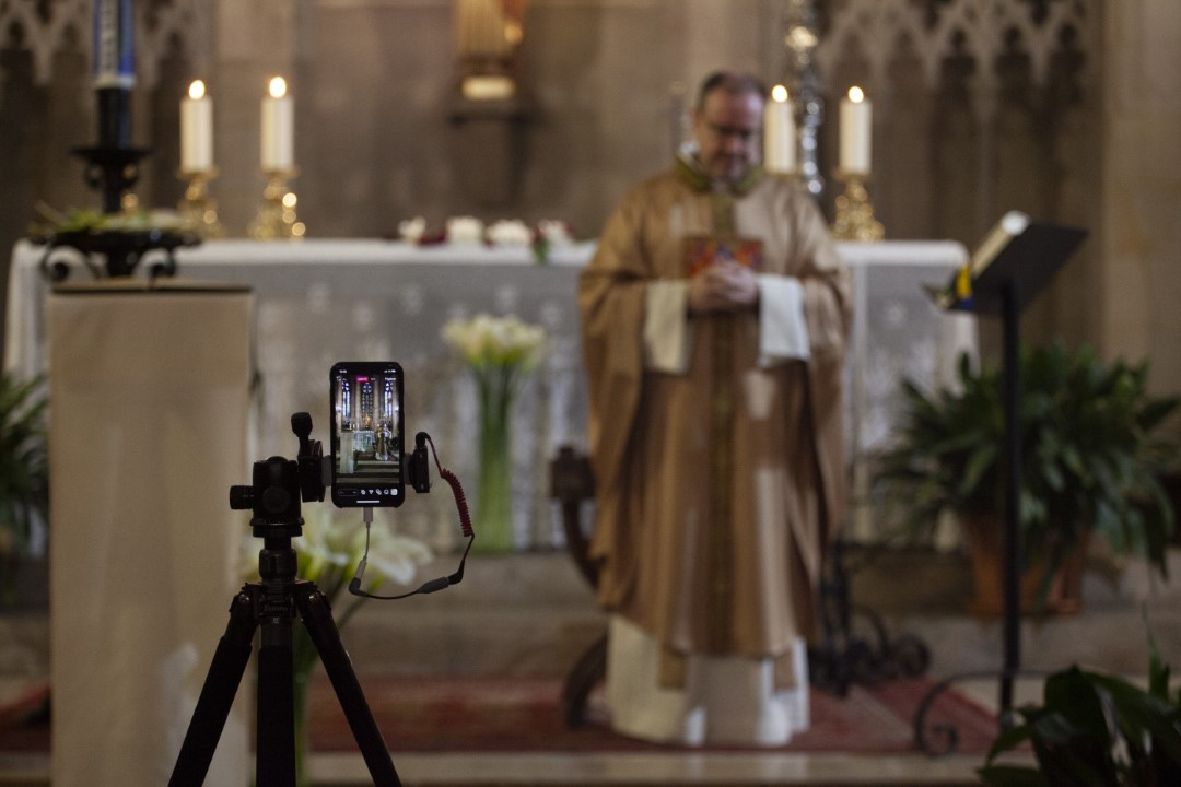 Father Francesc Xavier, officiating the last mass without the faithful in the church of San Fèlix and broadcast live on social networks before moving on to advanced phase 0.