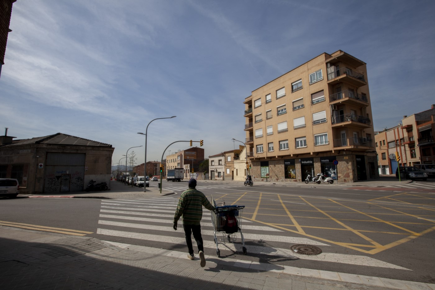 Modou continues walking in the heart of the city of Sabadell. They have already traveled a few kilòmetres.